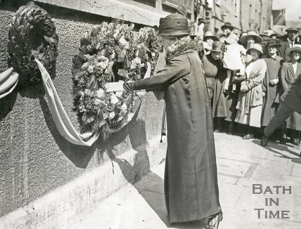 Mayoress lays wreat in Union St 1923